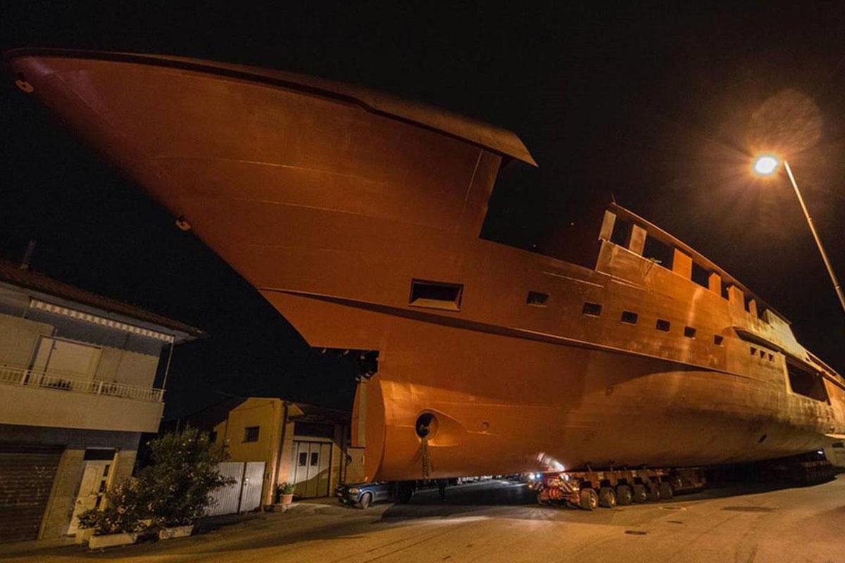 Sanlorenzo-64-steel-chega-em-La-Spezia-boatshopping