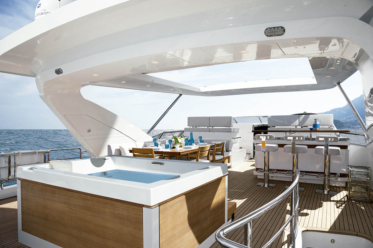 Azimut-yachts-no-Cannes-Yachting-Festival-boatshopping