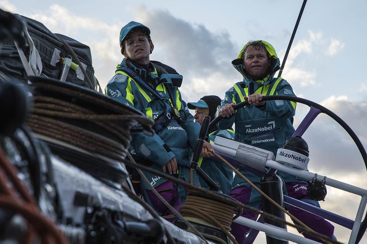 Ondas-gigantes-e-ventos-fortes-volvo-ocean-race-boatshopping
