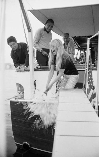 3 – Brigitte Bardott batizando o barco do produtor Raoul Levy em 1959