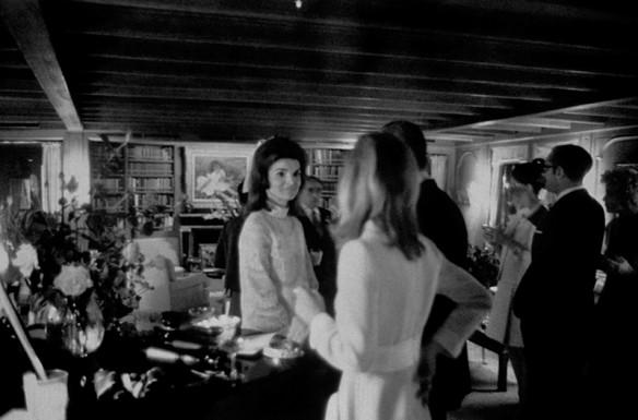 6 – Jackie Kennedy a bordo do yacht Christina, durante seu casamento, recebendo os cumprimentos de Aristotle Onassis em 1968