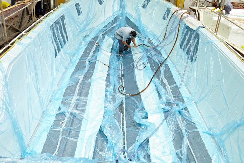Processo de infusão à vácuo garante precisão na aplicação dos materiais estruturais, resultando um casco leve, resistente e compacto