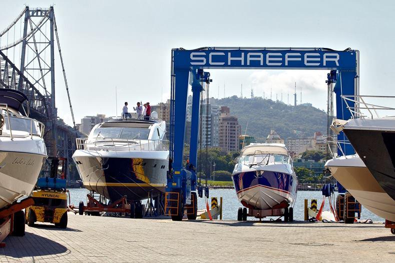 Travel lift transporta embarcações de até 75 toneladas com segurança na sede do estaleiro