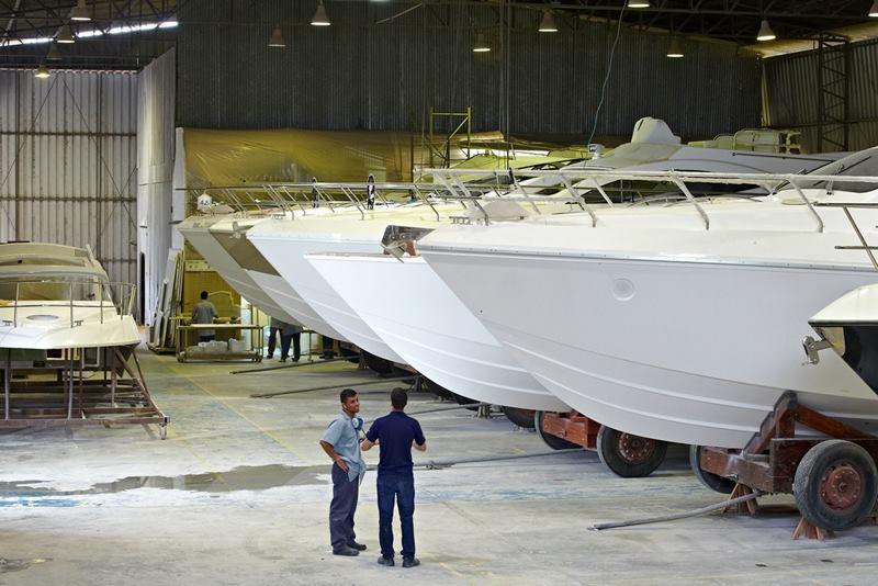Embarcações em linha de montagem em uma das fábricas.