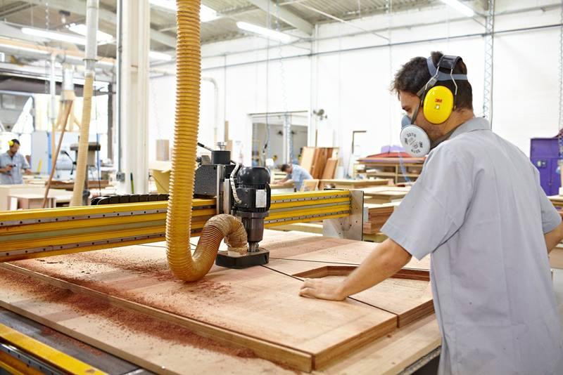 Marcenaria Schaefer Yachts. CNC efetuando corte das madeiras dos móvies de acordo com projeto 3D