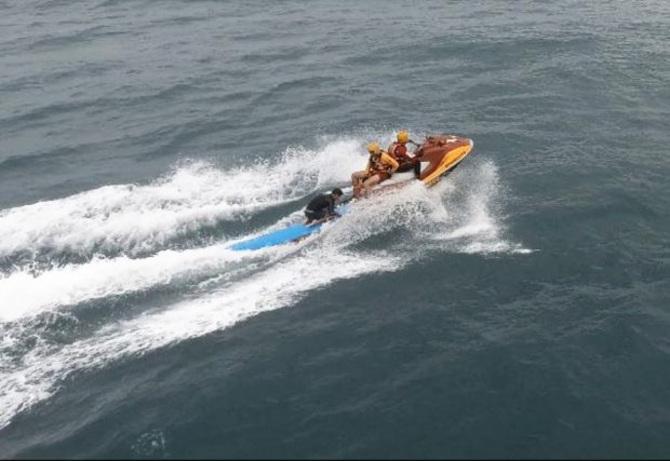 Drone do Corpo de Bombeiros localiza surfista à deriva a mais de 4 quilômetros da costa em Florianópolis.