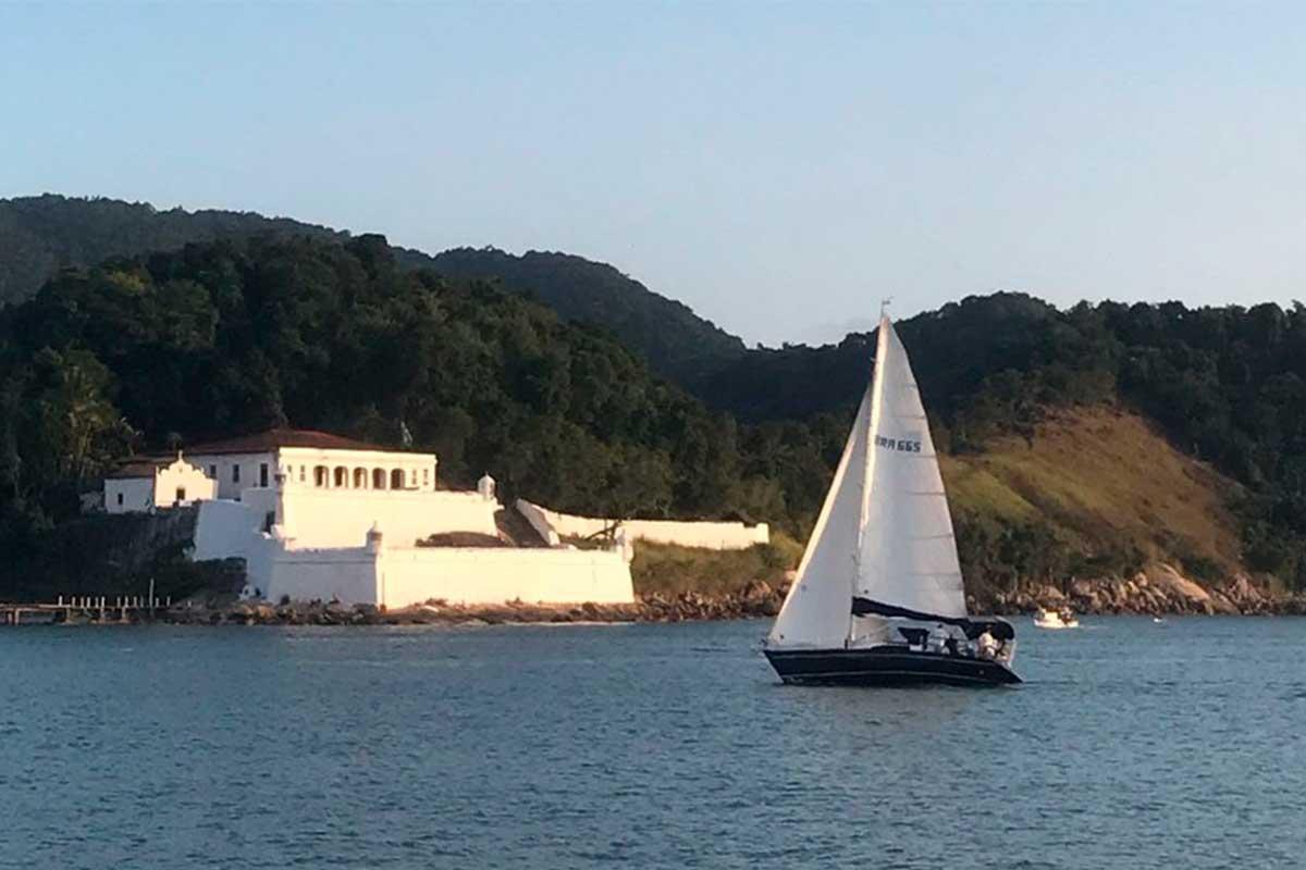 Veleiro-navegando-no-guarujá-boat-shopping