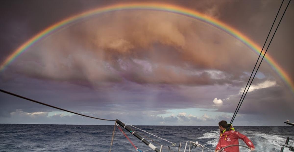 Nuvens-trazem-beleza-e-mais-desafios-para-a-frota-Volvo Ocean Race-boatshopping