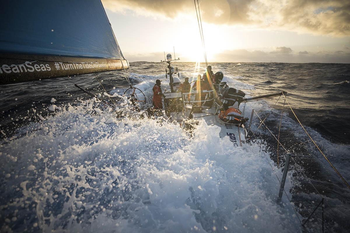 Volvo-Ocean-Race-Guerra-de-manobras-nos-mares-do-sul-boatshopping