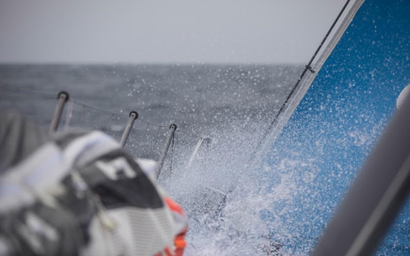 Volvo-Ocean-Race-Team-Brunel-lidera-no-estreito-de-Luzon-boatshopping
