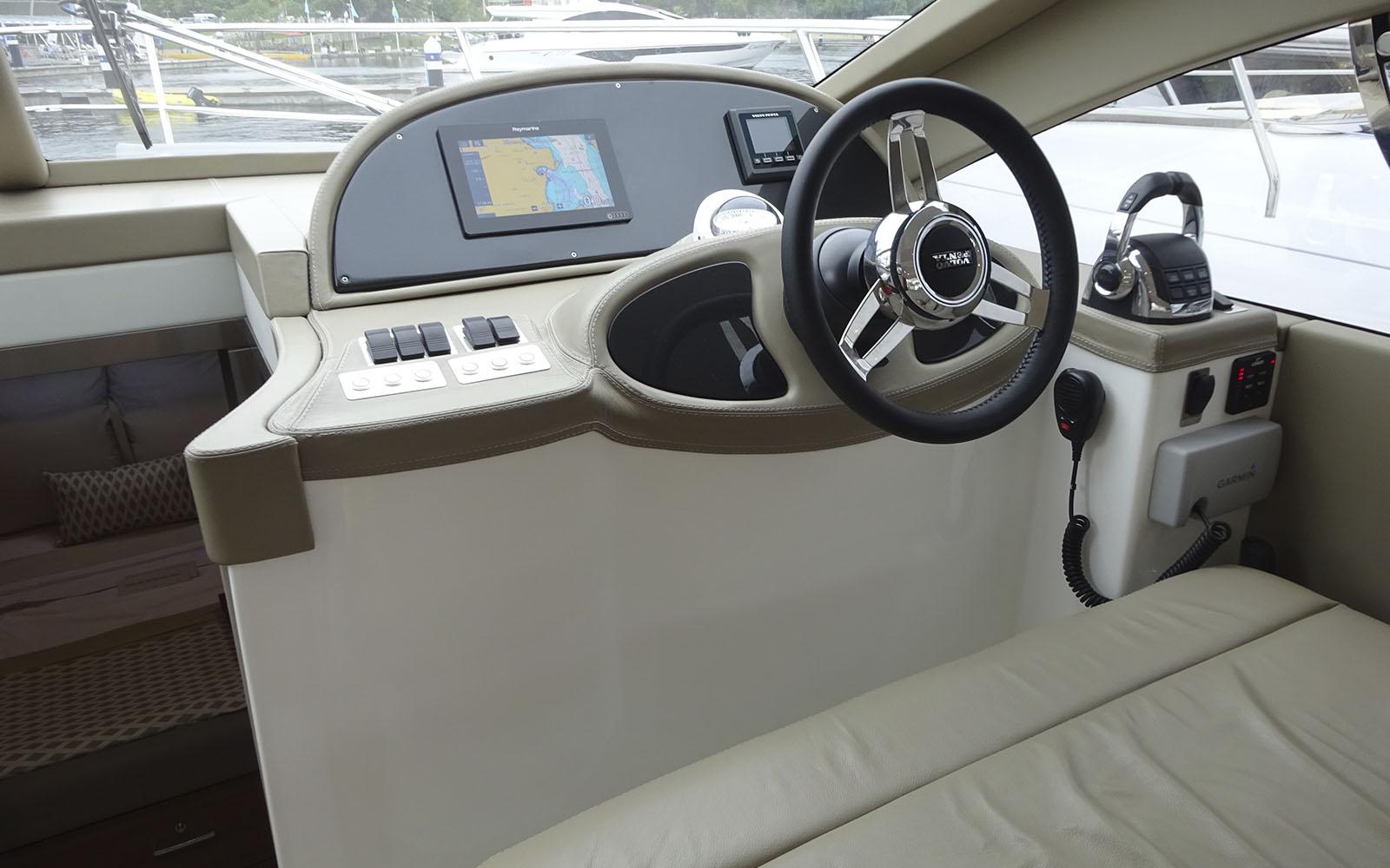 Confira imagens do interior da nova Schaefer 400 Fly-boatshopping