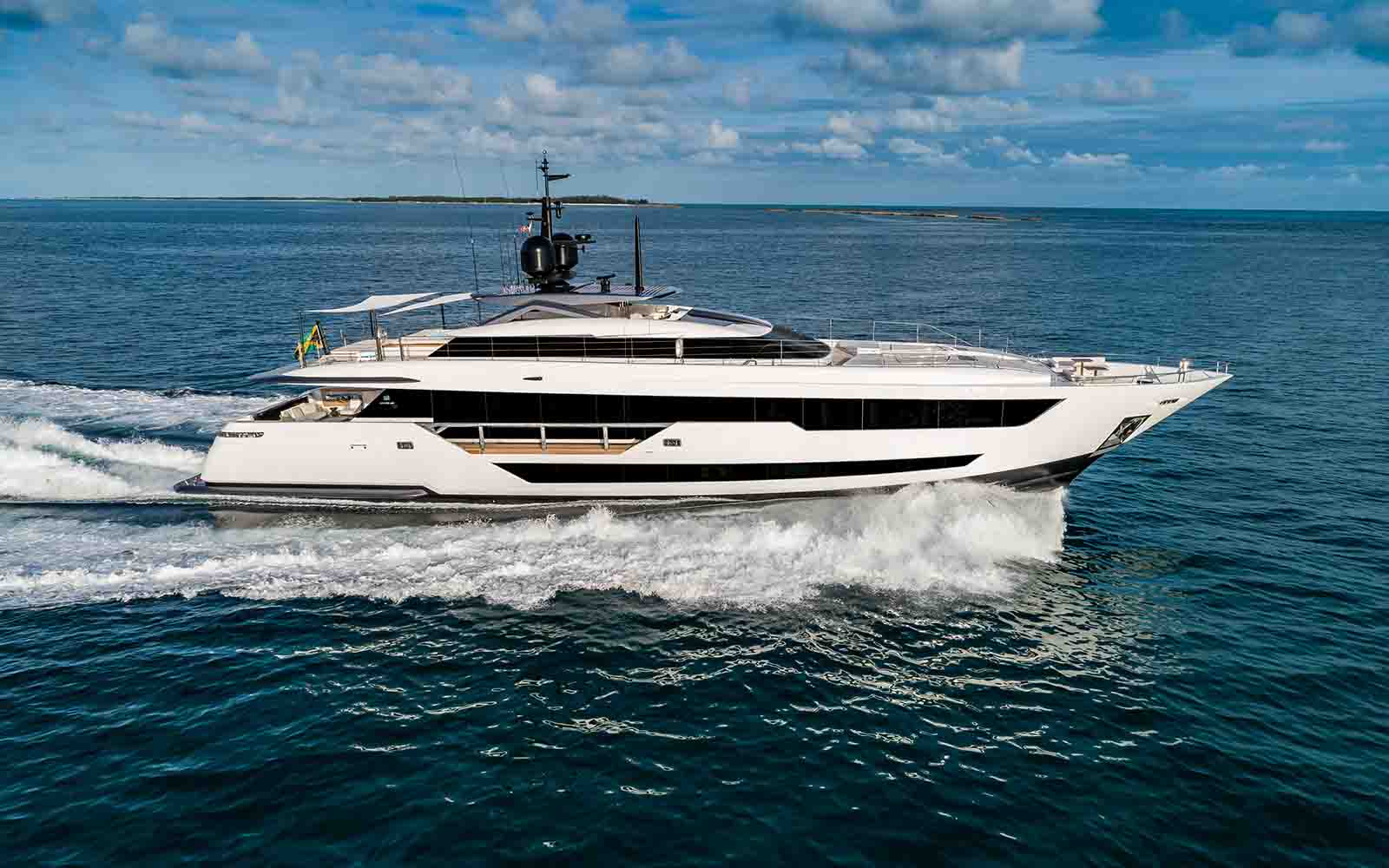 CUSTOM LINE 120- ferreti-03-boatshopping