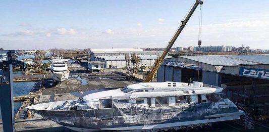 Terceiro iate Canados 120 tem seus motores instalados-boatshopping