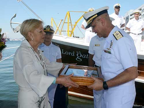 sra-ana-brancante-recebe-do-comandante-da-escola-nava-web