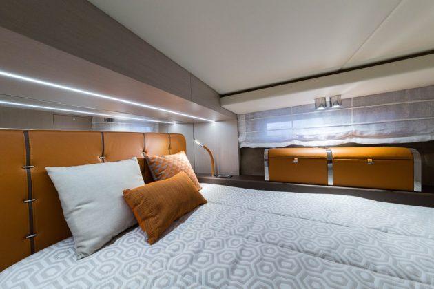 Invictus GT370S (interior) - boat shopping