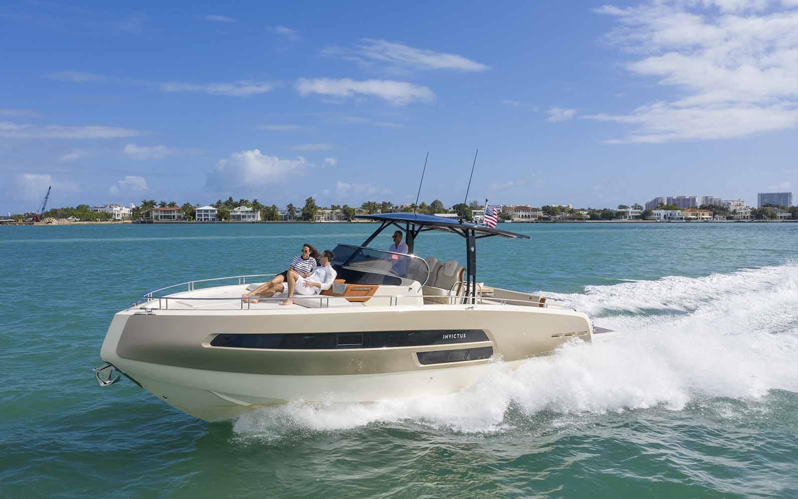 Invictus Yacht GT370 em Miami - boat shopping