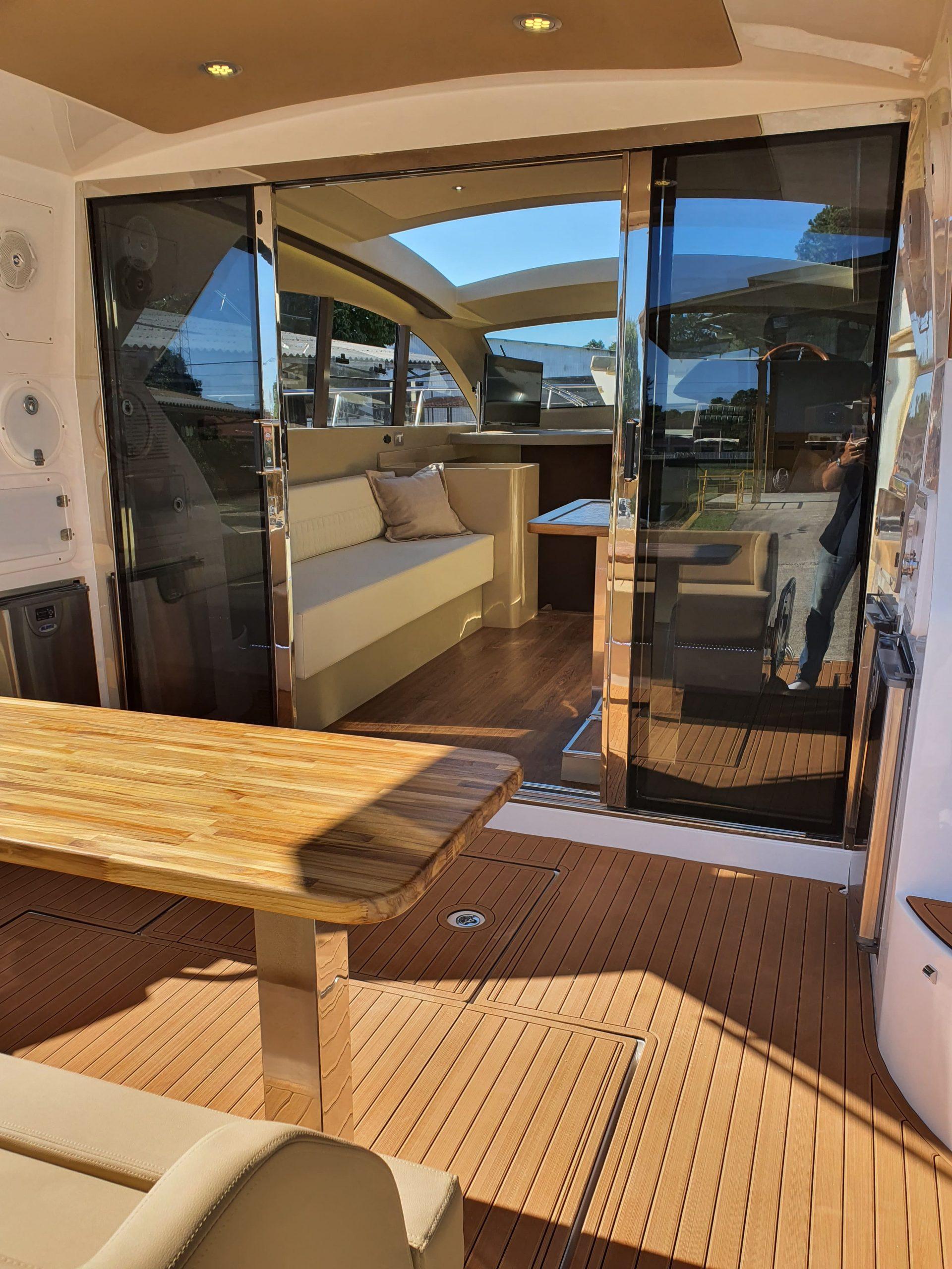 Triton 470 HT - Praça de popa - Foto Divulgação Triton Yachts (1) - boat shopping