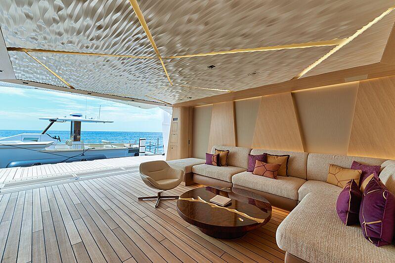 Artefact superiate interior - boat shopping